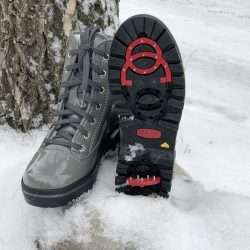 Snow boots with a grip system