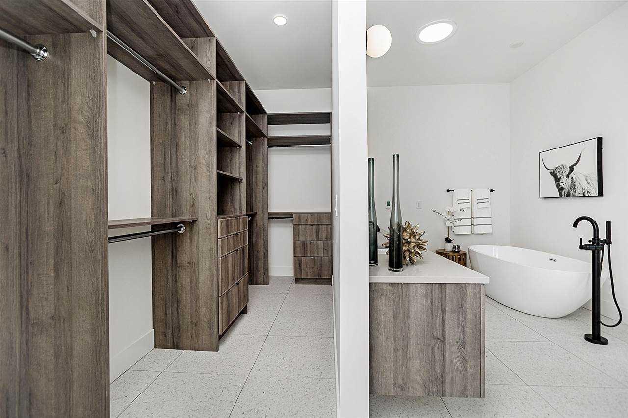Pleasant-en-suite-closet.jpg